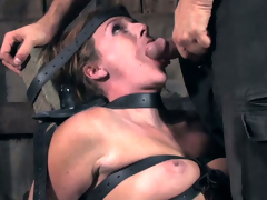 Skanky chick gives an obstacle brush polished one hell of a blowjob